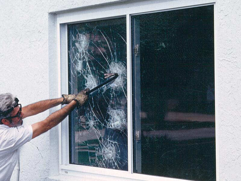Разбить ударопрочное стекло практически невозможно