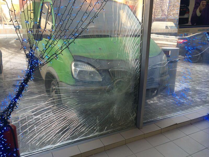 Пленка на стекле защитит находящихся в помещении людей от осколков
