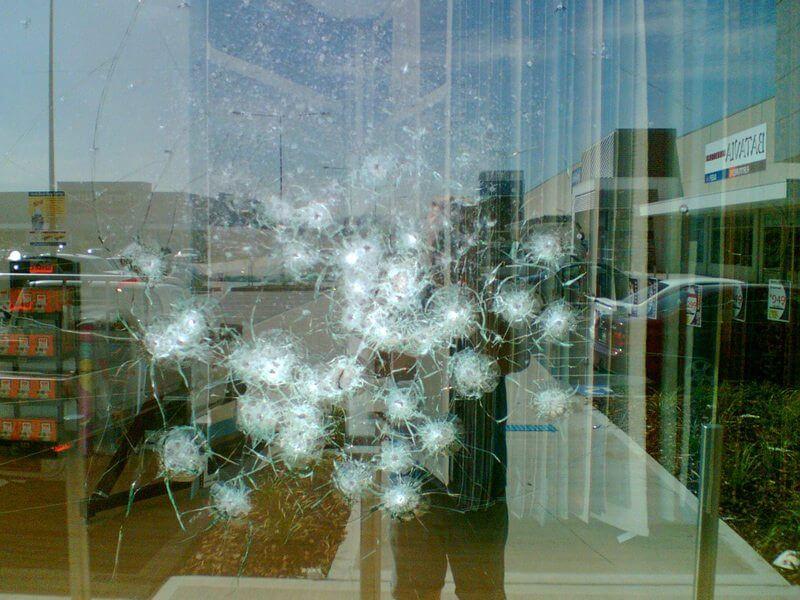 Окно из триплекса обстреляное